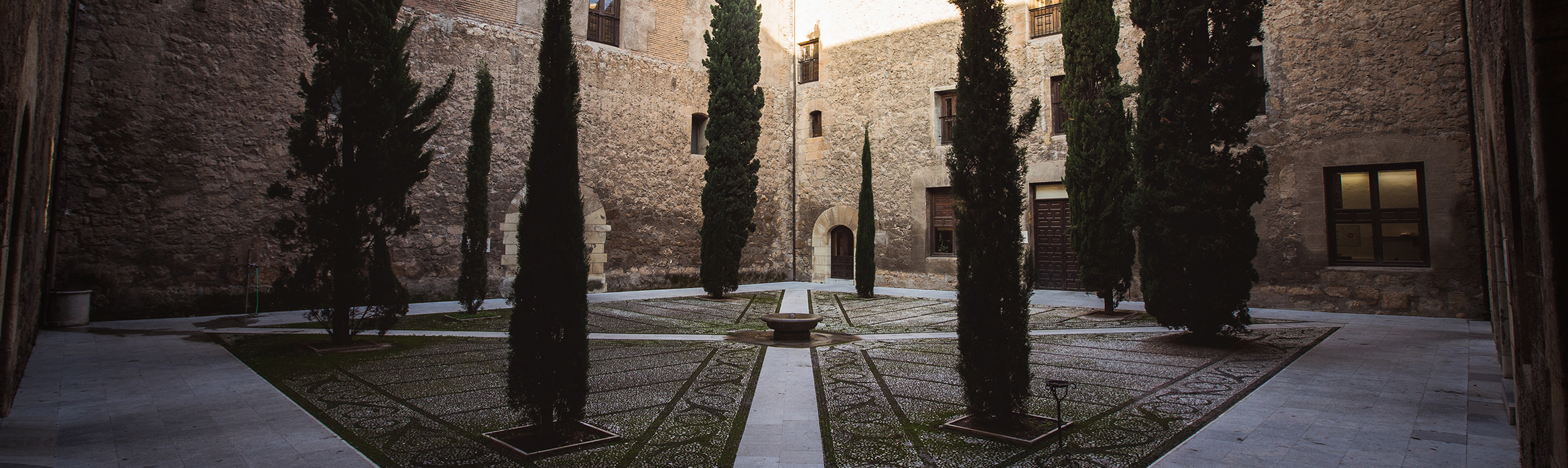 Patio del Hospital Real con Cipreses